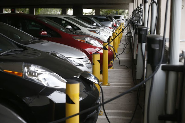 Electric cars sit charging in a parking garage at the University of California, Irvine January 26, 2015.   REUTERS/Lucy Nicholson/File Photo