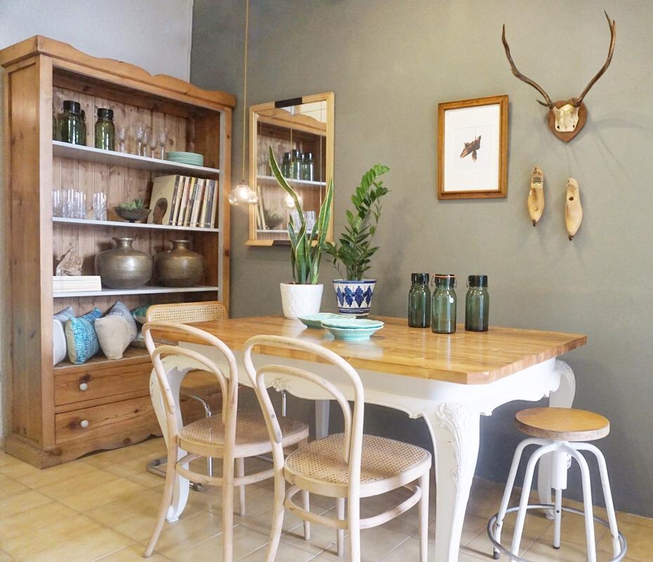 Rincón comedor pared gris. Studio Alis