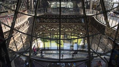 bagian tengah menara eiffel