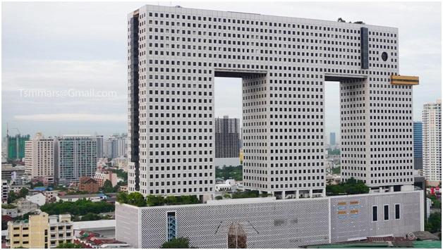 Elephant Tower menjulang lebih tinggi dibanding gedung lainnya