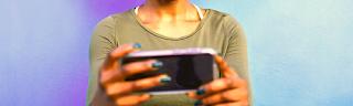 Femme joie smartphone, application pour gagner de l'argent avec son smartphone