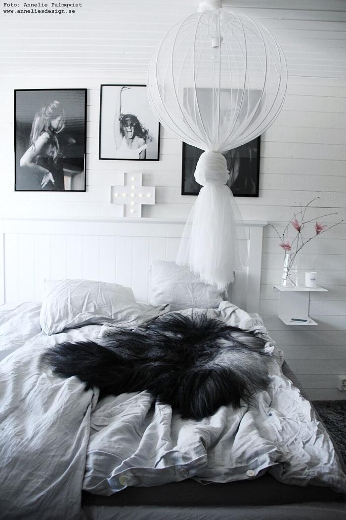 annelies design, sovrum, sovrum inspiration, spegelvägg, spegeldörrar, garderob, platsbyggd, platsbyggda, heltäckningsmatta, tempur, sängbord, fjäderblommor, tavlor, poster, tavelvägg, tavelväggar, modellbilder, model, vitt, svart, grått, inredning, webbutik, webbutiker, webshop, nätbutik