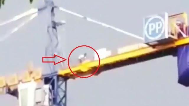 Viral Video Pekerja Proyek Salat di Atas Crane, Begini Reaksi Warganet