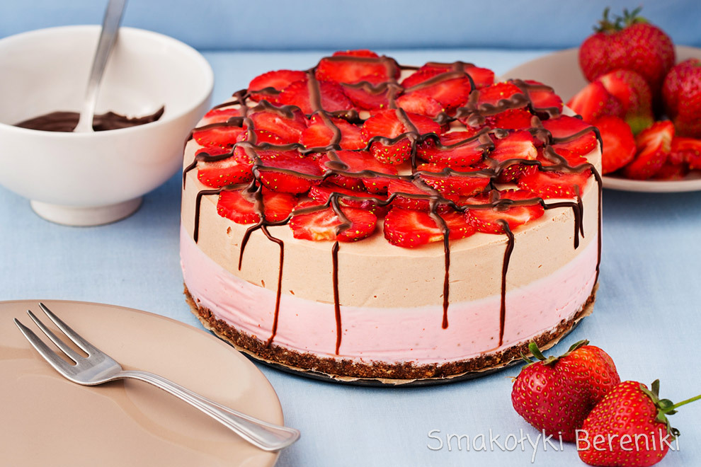 sernik bez pieczenia czekoladowo-truskawkowy