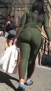 Preciosa morena pantalones yoga nalgas redondas
