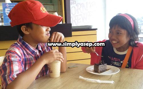 SENANG : Abbie (11) dan Tazkia (6) senang menikmati menu Coffee Bean di Transmart Kubu Raya. Persembahan dari Astra Motor Kalbar hari Ahad (10/11) kemarin. Foto Asep Haryono