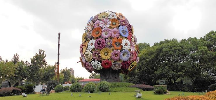 太い幹に様々な花の大きなオブジェ