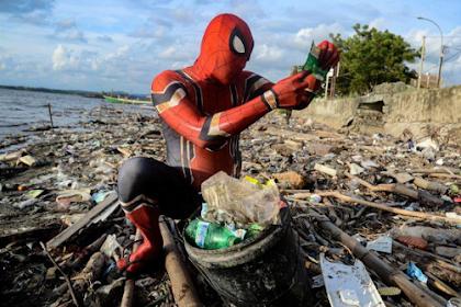 Rudi Hartono Spiderman Pemungut Sampah Dari Pare-pare Yang Mendunia