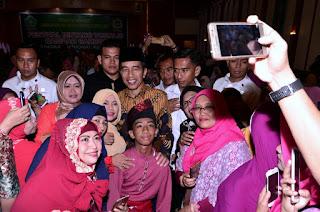 """Tutup Festival Qasidah, Presiden Jokowi Dendangkan """"Deen Assalam"""""""