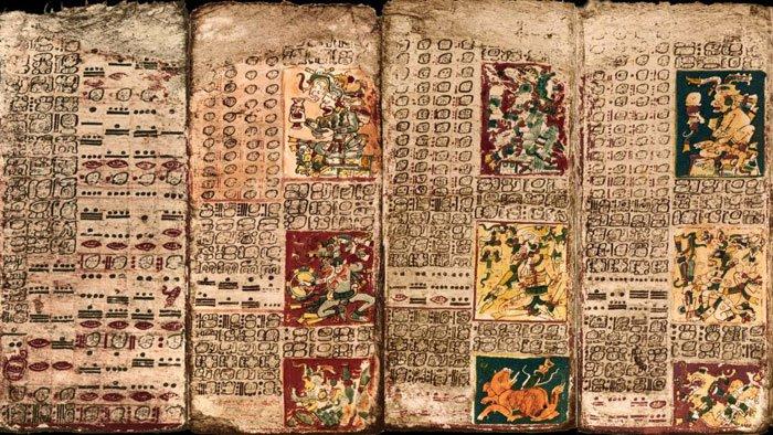 El prefacio de la Tabla de Venus del Códice de Dresden, primer panel de la izquierda y las tres primeras páginas de la tabla.