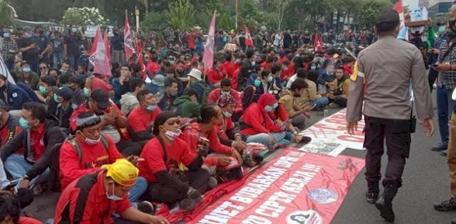 Fokus Di 2 Lokasi, Ribuan Mahasiswa Dan Buruh Di Surabaya Hari Ini Kembali Berdemo