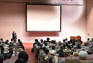 写真:講演会中の講堂。館長による最初の挨拶