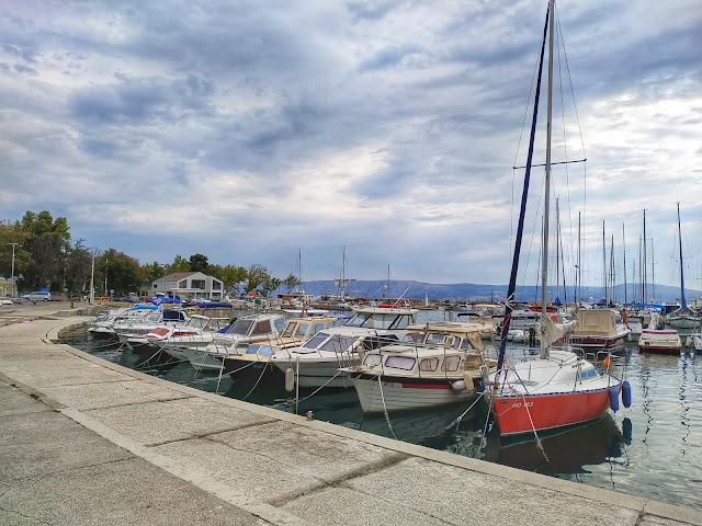 port Novi Vinodolski, jachty, widok na morze