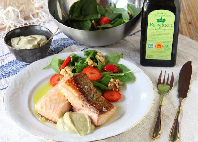 salmón unilateral mayonesa de albahaca y ensalada de espinacas, fresas y nueces pakus lazyblog futurobloguero reino de jaen