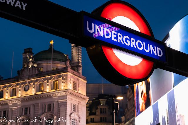 Detalle de la señal de underground o metro en Picadilly Circus
