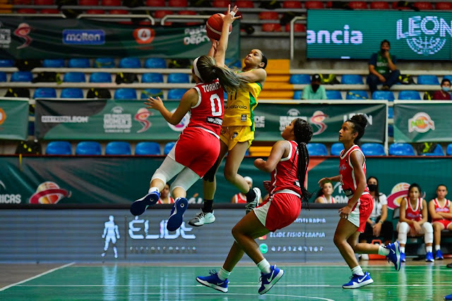 Jogadoras do Brasil disputam bola no basquete de base
