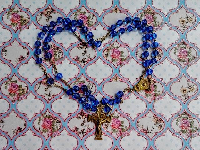 Blauwe rozenkrans in de vorm van een hart
