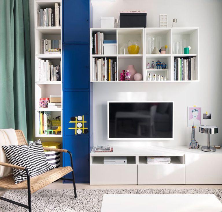 novedad catálogo ikea 2020 the lab home Alemania mueble salón blanco y azul con sillón de mimbre