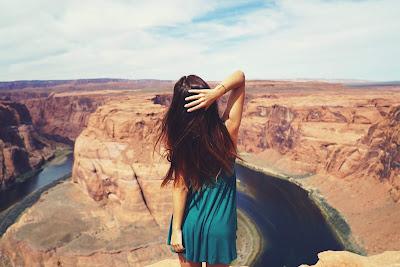 Chica de espaldas mirando al desierto