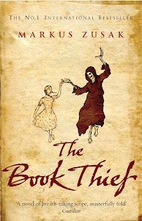 Titulo en ingles y portada del libro escrito por Markus Zusak donde aparece la muerte.