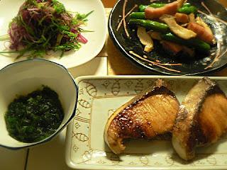 夕食の献立 ブリ照り 青のり シバワカメ ベーコンとしし唐の炒め物