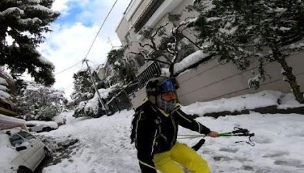 Xιονοδρόμος κάνει σκι στους χιονισμένους δρόμους του Καρέα