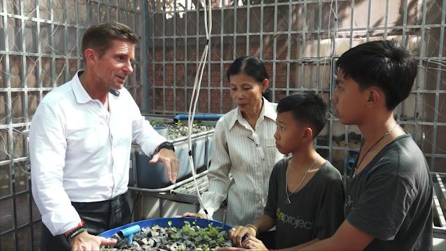 Michael Hensel, fondateur du Koya Project avec une enseignante et des étudiants de Prek Pra