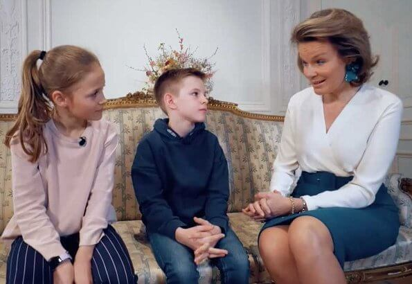 Queen Mathilde received members of the Niouzz team, Margot and Lou, at the Royal Palace. Queen wore Natan dress