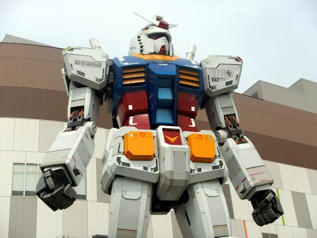Reproducción a escala real de un Gundam que se encuentra en Odaiba