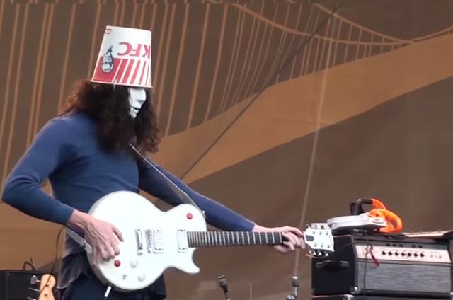 Buckethead: Gitaris Terbaik Dan Nyentrik.