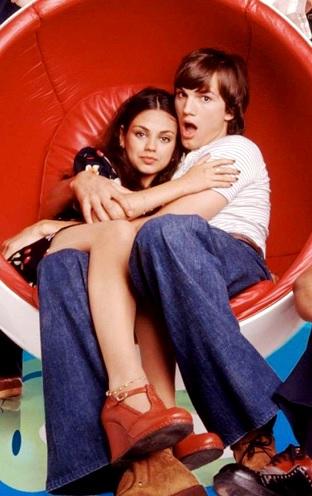 Foto de Ashton Kutcher abrazando a su ahora esposa Mila Kunis