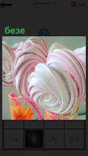 В стакан кладут пирожное бизе разноцветное по своему составу