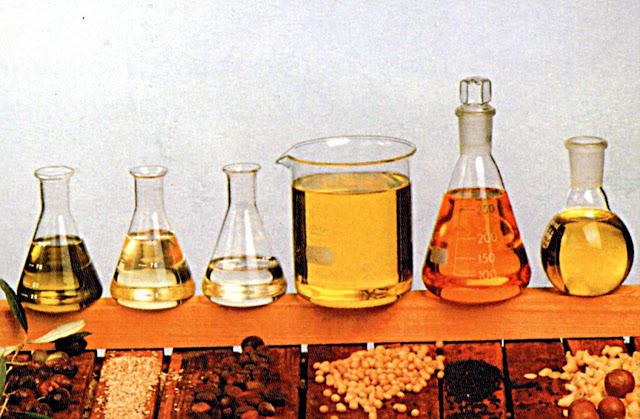 """Talán nem is gondolnánk, hogy szinte valamennyi szépséggel kapcsolatos problémára találunk megoldást, ha a növényi olajokat vesszük sorra. A kozmetikai ipar csodafegyverei nem csak az illatuk miatt kerülnek a tégelyekbe, hanem azért is, mert mind valamilyen pozitív hatással bírnak a bőrre, a hajra vagy más szerveinkre. A Dr. Organic legtöbb terméke valamilyen növényi olajra épül, így összefoglaltuk, hogy mire is érdemes ügyelni, ha """"olajozni"""" szeretnénk!"""