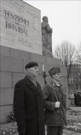 6 марта 1992 года. Рига. Праздничное мероприятие у монумента Свободы, посвященное памяти полковника Оскара Калпака