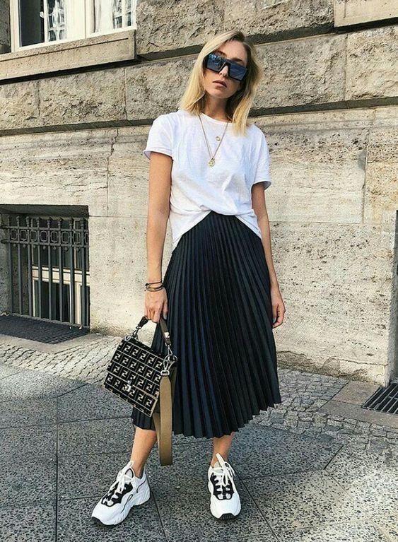 Look saia midi plissada preta e tênis branco