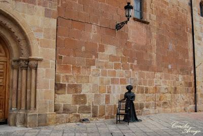 Escultura en bronce de Leonor con una silla, la cual invita a que te sientes y te hagas una foto. Esta escultura la puedes encontrar justo delante de la iglesia de nuestra señora de la Mayor