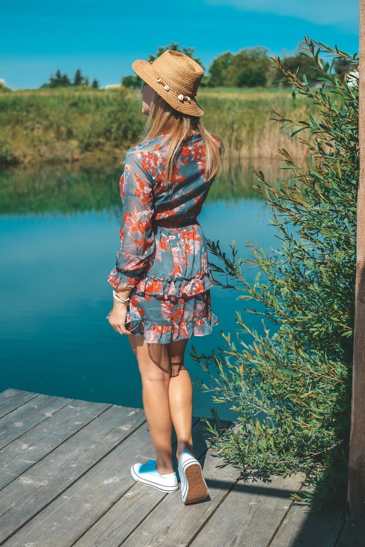 Sukienka z falbanką w kwiaty