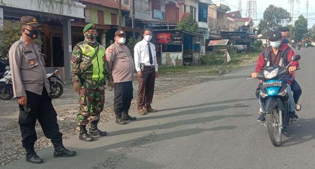 Bersama Dengan DInas Terkait, Personel Jajaran Kodim 0207/Simalungun Laksanakan Razia Masker DIjalan Raya