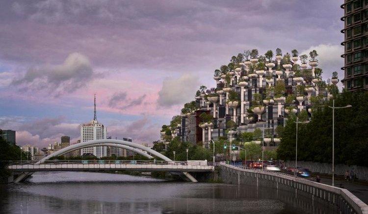El edificio de los mil árboles, una montaña cubierta de vegetación junto al río
