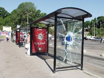 Publicidad y diseño en parada de autobus
