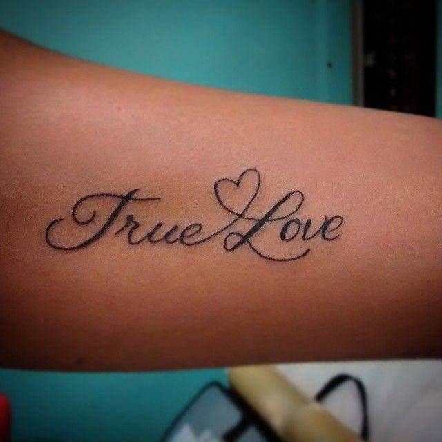 Tatuaje True Love con corazón uniendo las dos palabras