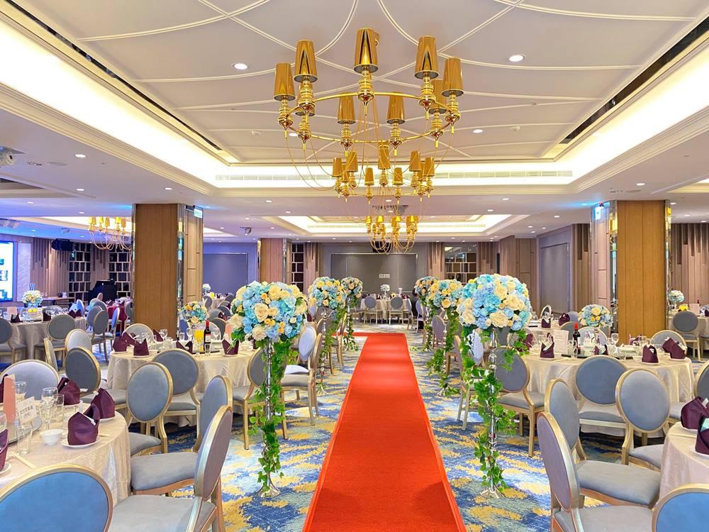 朝聖高悅酒店婚宴會館使用雪白森林點綴裝潢空間。