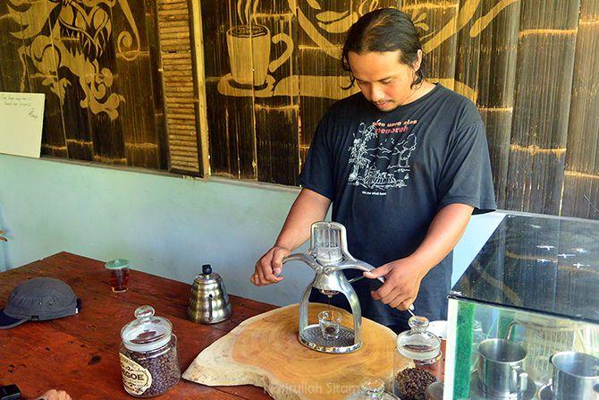 Mas Nilokoco barista sekaligus pemilik Loe Goe Coffee