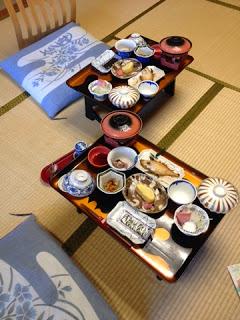 la colazione sui vassoi poggiati sui tatami