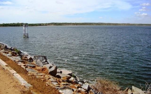 A barragem de Poço Grande, localizada na cidade de Araci, de competência do Departamento Nacional de Obras Contra as Secas (Dnocs), corre o maior risco de ruptura entre as barragens da Bahia.