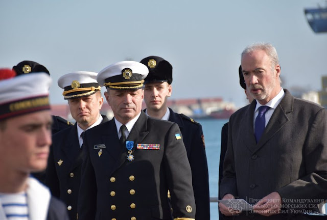 Макрон нагородив орденом командувача ВМС України