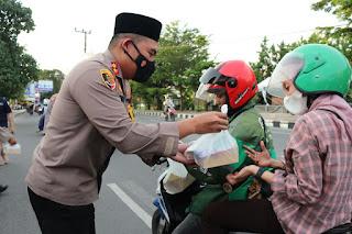 Jemput Berkah dibulan Ramadhan, Polres Pelabuhan Makassar Bagi - bagi Takjil