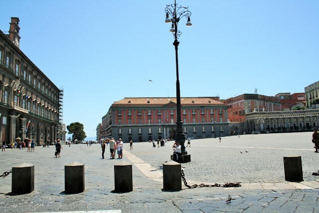 piazza, turisti, Napoli, monumenti, cielo, dissuasori
