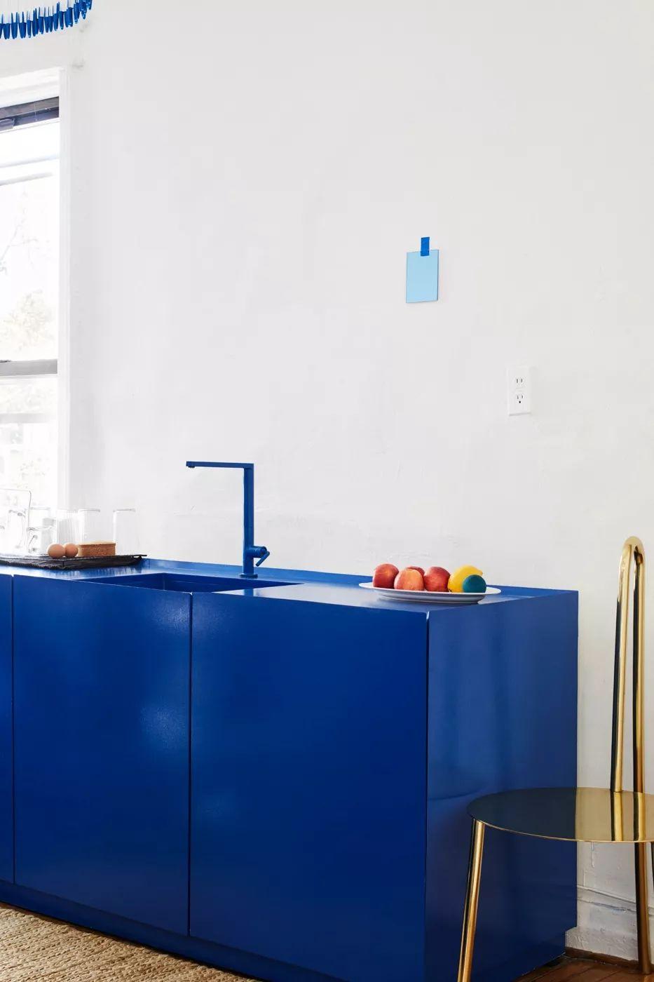 ilaria fatone inspirations - une cuisine en bleu klein