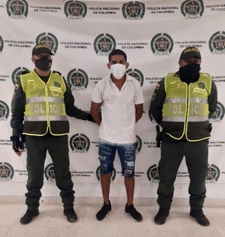 https://www.notasrosas.com/Policía Guajira lo captura después de hurtar en el barrio 'Camilo Torres', de Riohacha